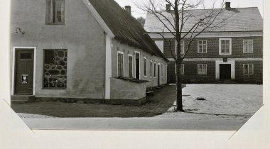 En äldre länga och ett lite nyare hus i vinkel.