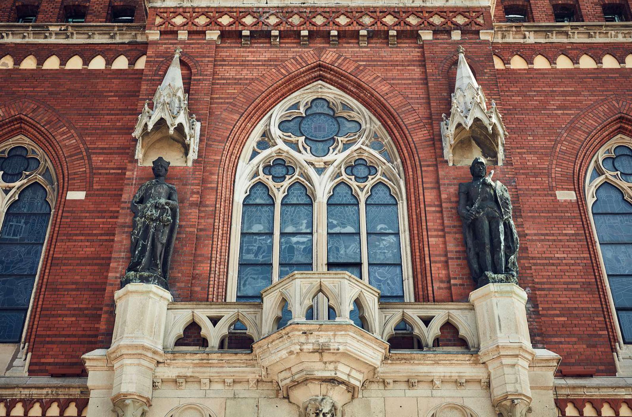 Två statyer på utsidan av rådhuset