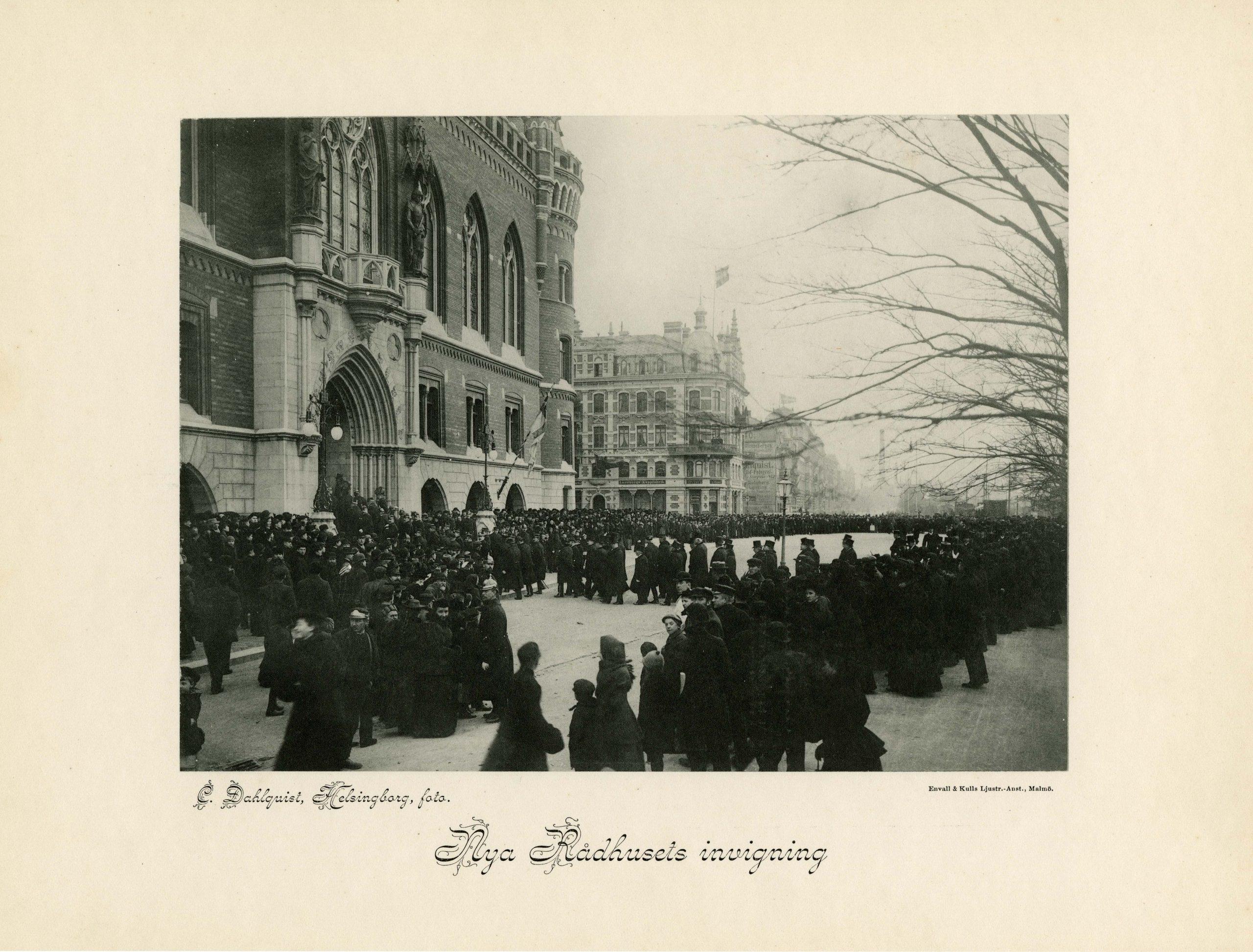 Svartvitt fotografi med hundratals människor utanför rådhusets entré vid invigningen