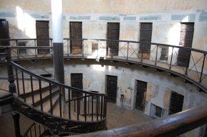 Dörrar till fängelseceller i ett runt torn