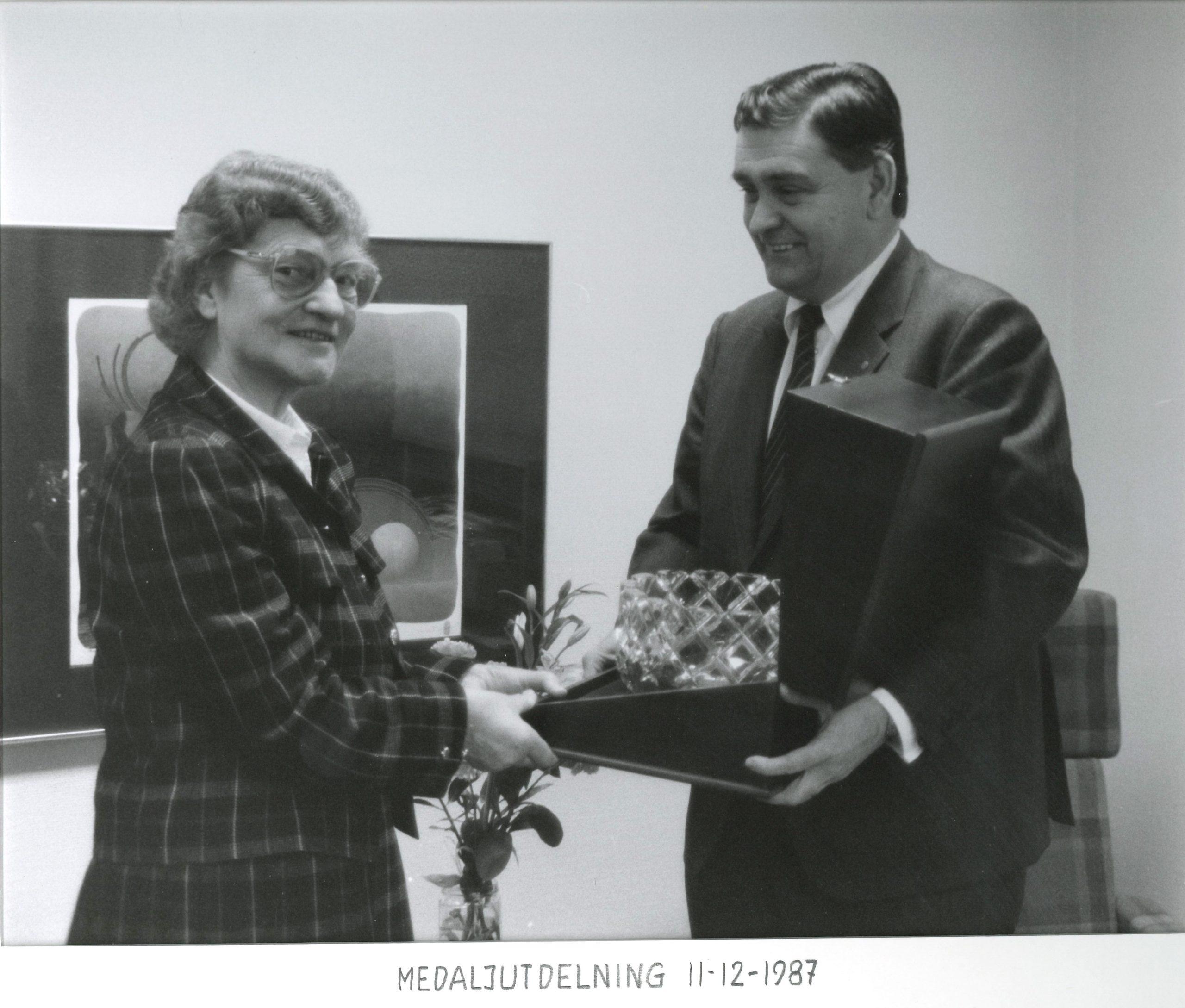 Inger Källoff tar emot en kristallskål av lagmannen Johan Leche.