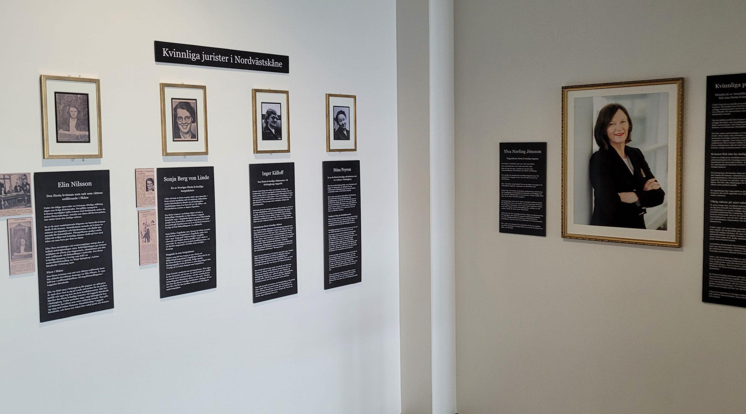 Utställning med tavlor och texter på en vägg