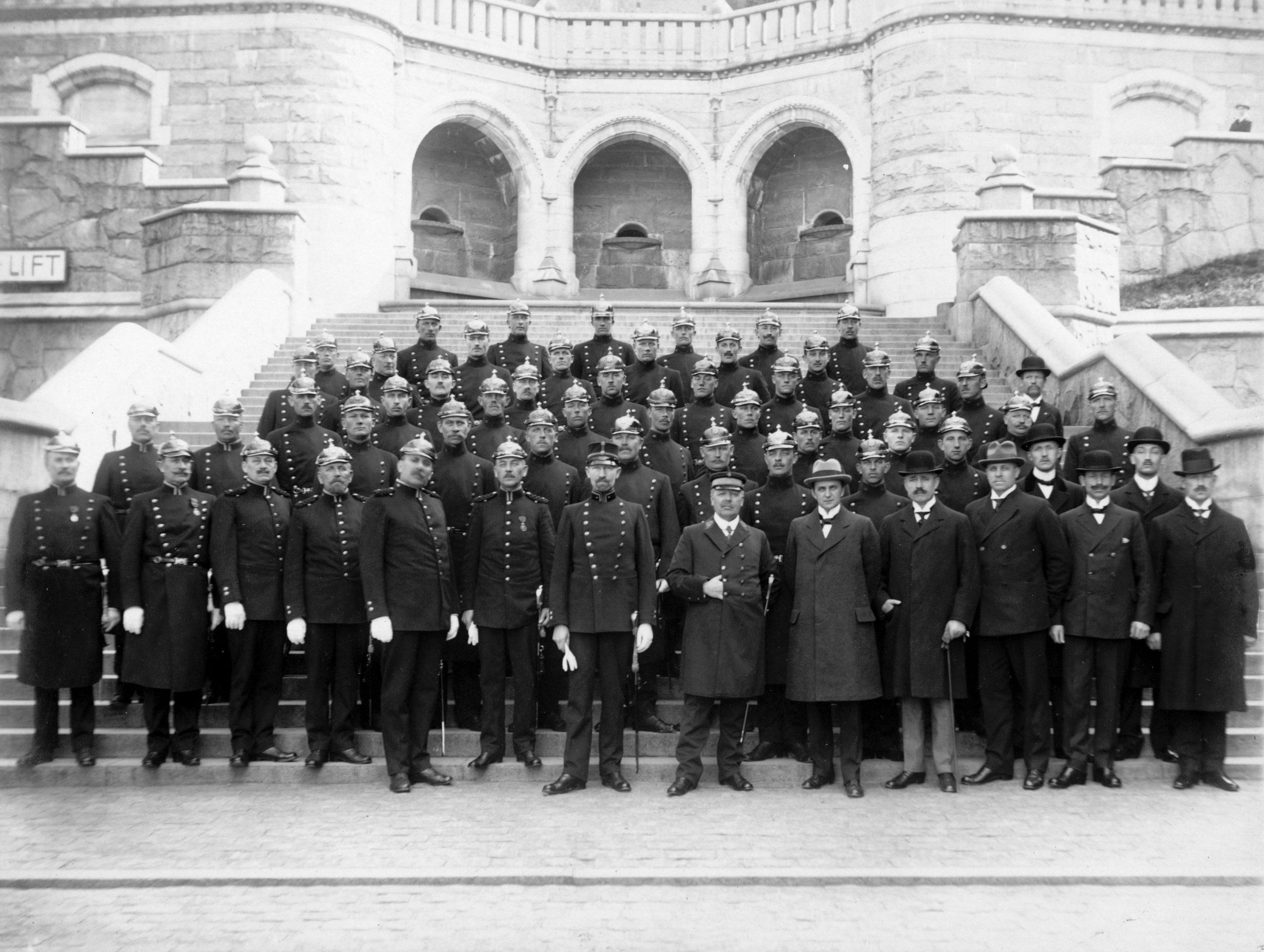 Ett femtiotal poliser i uniform och hjälmar poserar på terrasstrapporna i Helsingborg.