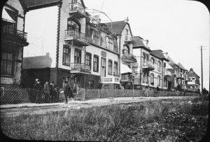 Parhus på Tågaborg, byggda i början av 1900-talet. På andra sidan en åker.